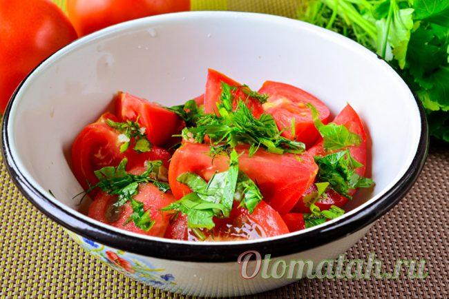 В миске помидоры и зелень