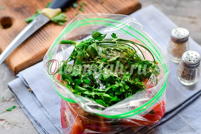 Добавление зелени и чеснока