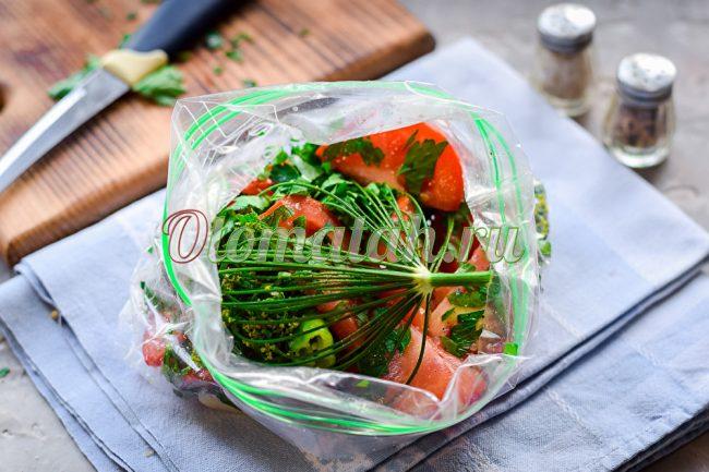 В пакете помидоры и укроп