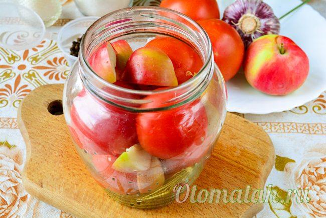 укладываем помидоры и яблоки
