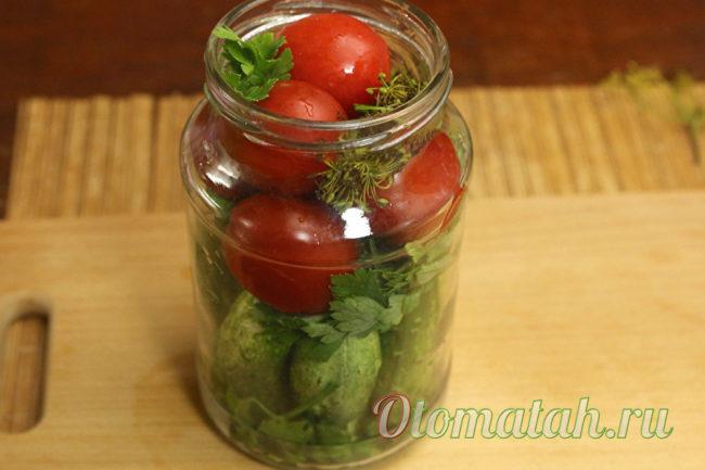 уложенные овощи в банку