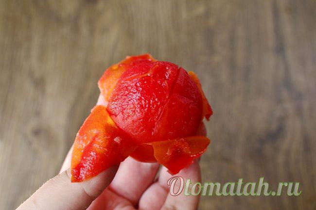 снимаем кожицу у помидор