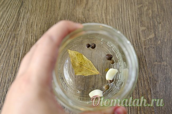 перец, лавр и чеснок в банке