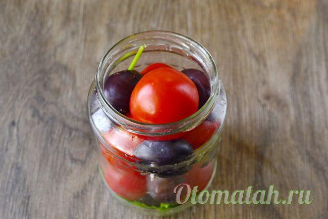 укладываем томаты и сливы в банку
