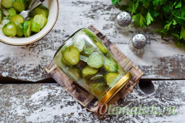салат из огурцов с луком и растительным маслом