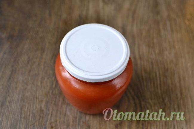 кетчуп из слив и помидоров в банке