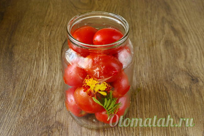 укладываем помидоры и бархатцы в банку