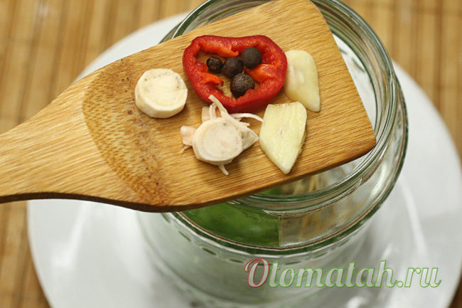 добавляем чеснок и перец