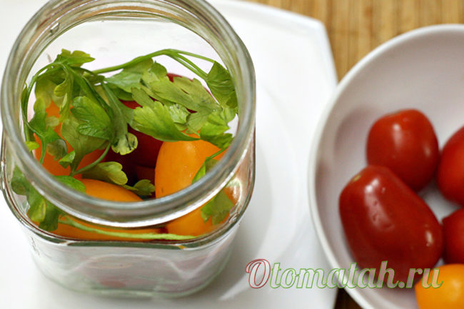 уложить помидоры до половины банки