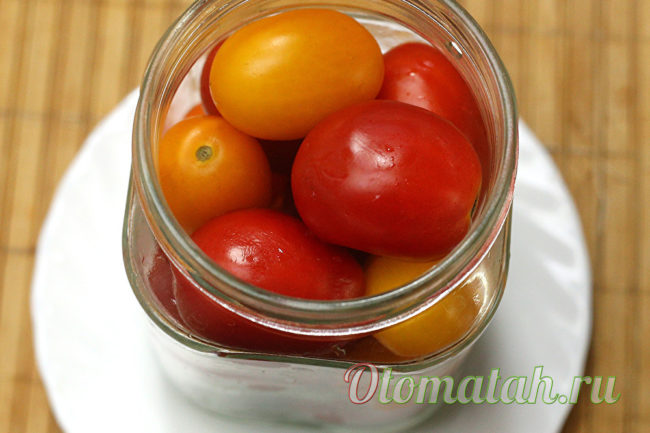 наполняем помидорами банки
