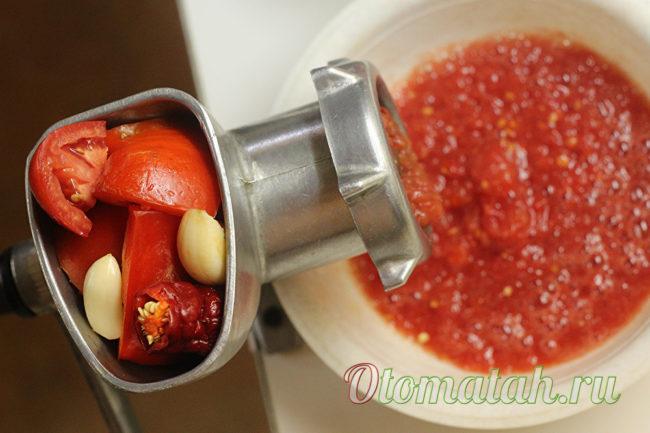 измельчить овощи через мясорубку