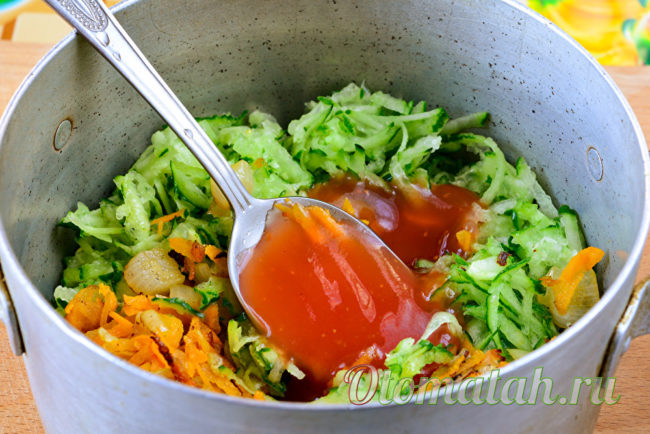 добавляем к овощам томатную пасту