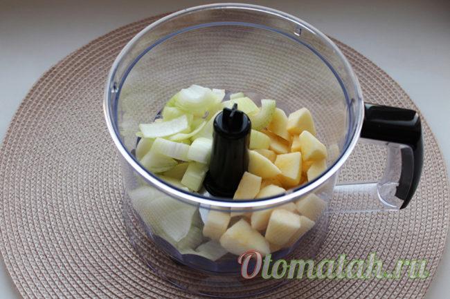 измельчаем лук и яблоко