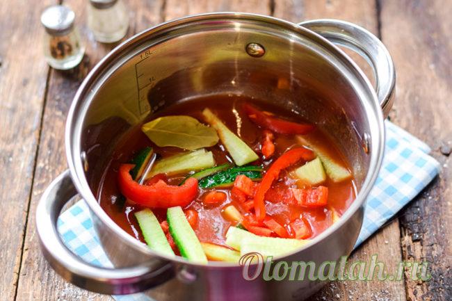 добавляем в томат овощи