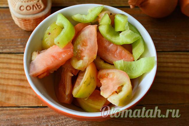 нарезанные помидоры и перец