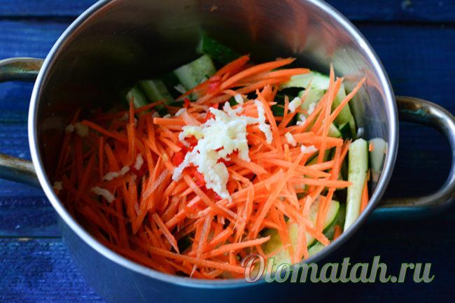 сложить овощи в емкость
