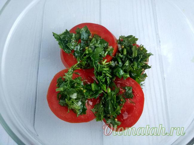 выложить на помидоры маринад с зеленью