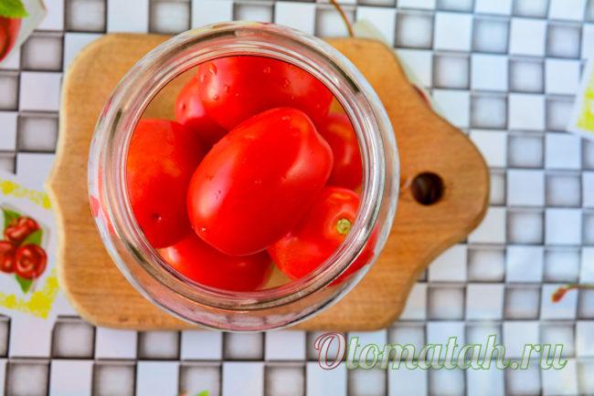 кладем в банку помидоры