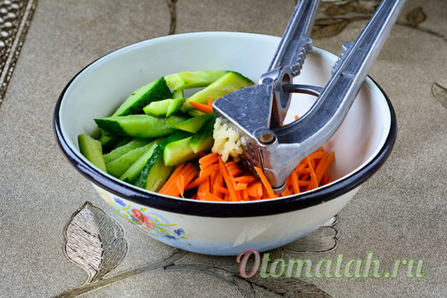 добавляем морковь и чеснок