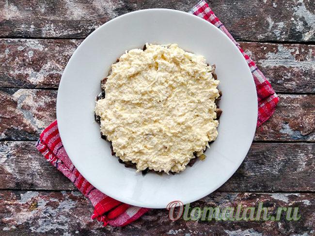 слой сыра с яйцами