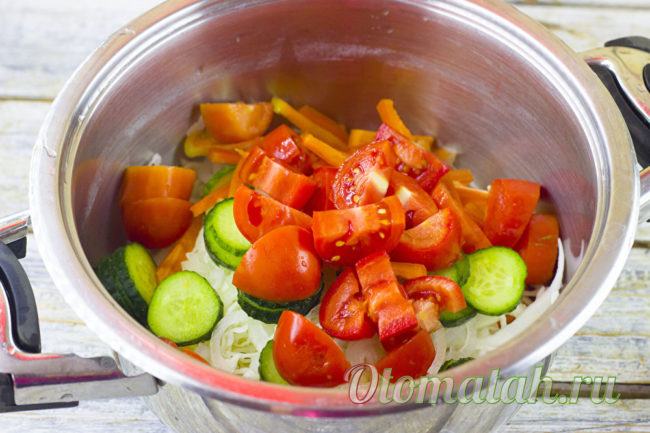 кладем томаты