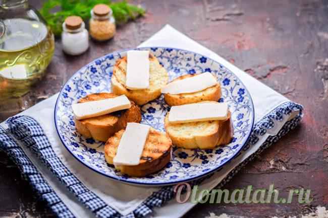 кусочки сыра кладем