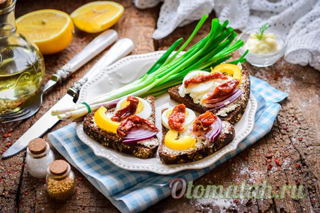 бутерброды из черного хлеба и сыра