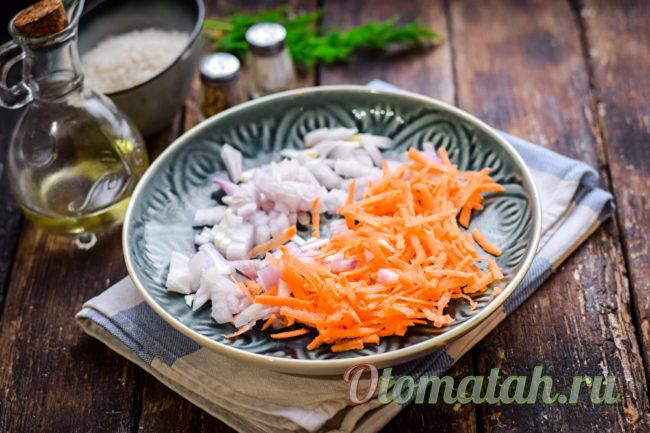 луки и тертая морковь
