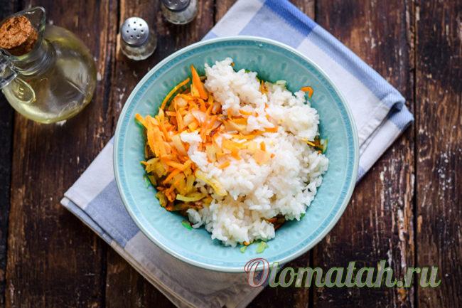 смешиваем зажарку и рис