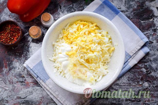 добавить яйцо и чеснок