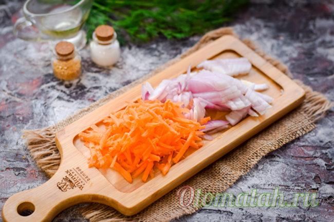 нарезанный лук и тертая морковь