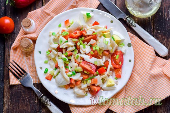 салат с овощами и кальмарами