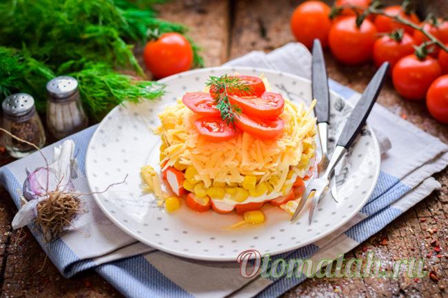 салат с кукурузой и томатами