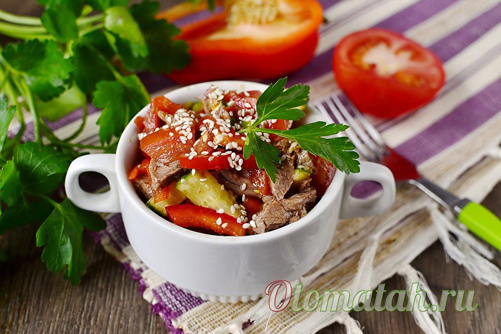 Салат с говядиной и томатами