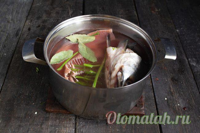 кладем рыбу и зелень в воду