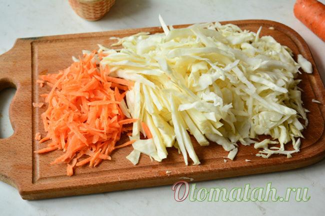 нарезать капусту и морковь
