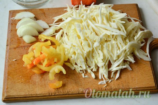 нашинковать капусту, нарезать перец и лук