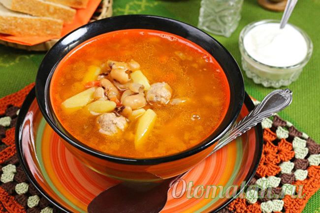 томатный суп с фрикадельками и фасолью