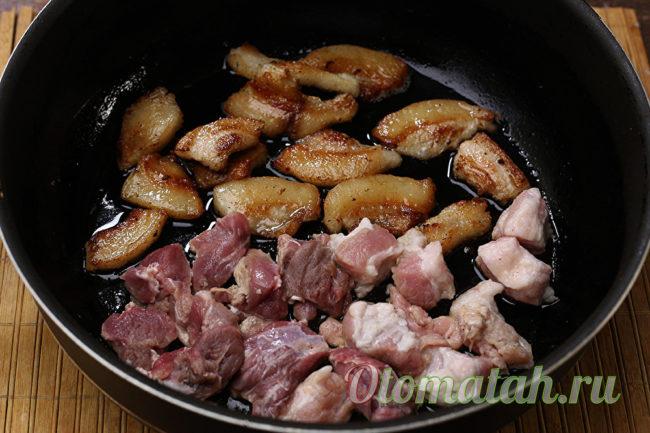 обжарить свинину и сало