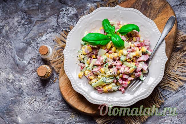 салат соломка с колбасой