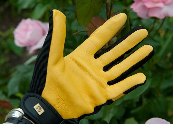 работать в перчатках.